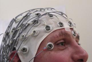 Cască EEG. Foto: Chris Hope / Flickr
