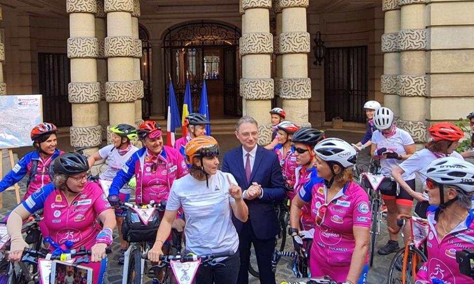 La cursa Paris-București pentru cancerul la sân au dat startul ministrul francez al sporturilor, Roxana Mărăcineanu (în tricou alb) și ambasadorul României la Paris, Luca Niculescu. Foto: Facebook / Luca Niculescu
