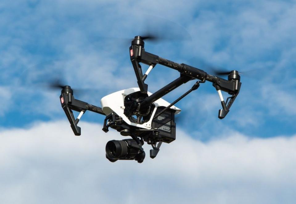 O dronă poate distribui un defribilator unui pacient în stop cardiac. Foto: Pixabay
