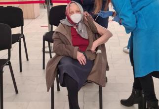 Doamna Zoea Baltag și-a făcut al treilea vaccin COVID-19 la venerabila vârstă de 105 ani. Foto: RoVaccinare